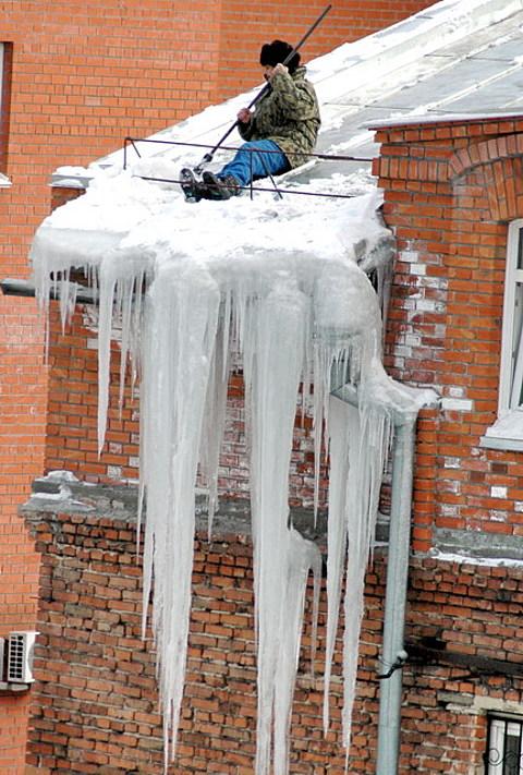 ...жителям о мерах безопасности при сходе сосулек и снега с крыш домов.